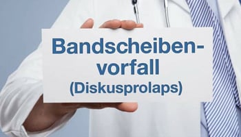Arzt mit dem Schild: Bandscheibenvorfall