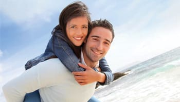 Paar am Strand will Stoffwechsel anregen